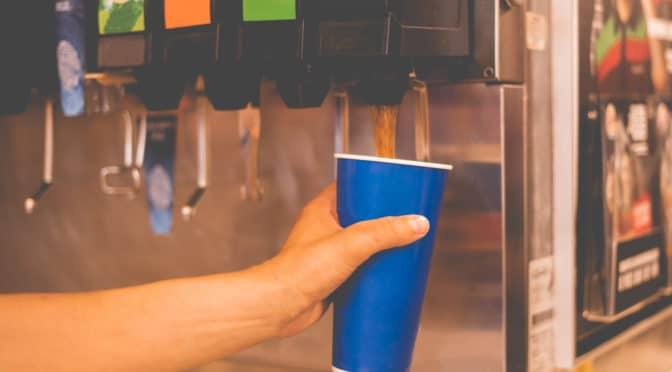 Getränke-Nachfüllung am Automaten in einem Fastfood-Restaurant