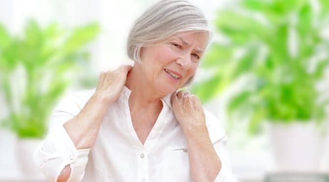 Ältere Frau mit Schulterschmerzen
