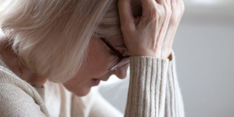 Erschöpfte Frau mit Kopfschmerz