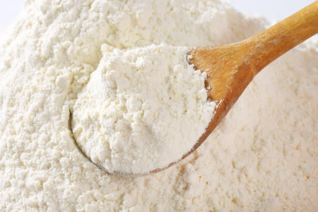 Ein Kochlöffel voller Mehl