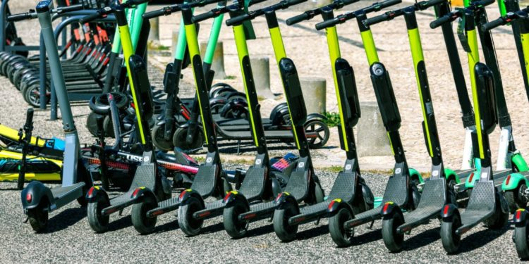 Mehrere geparkte E-Scooter