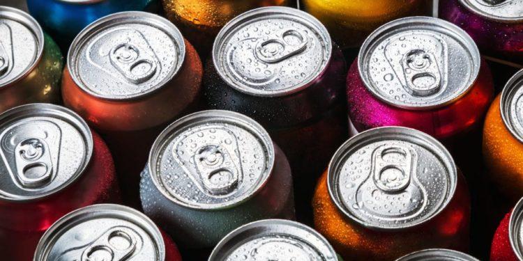 Mehrere verschlossene Softdrink-Dosen
