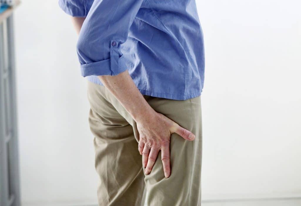 Frau mit Schmerz am hinteren Oberschenkel