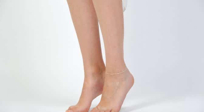 Frauenbeine mit Fußkettchen