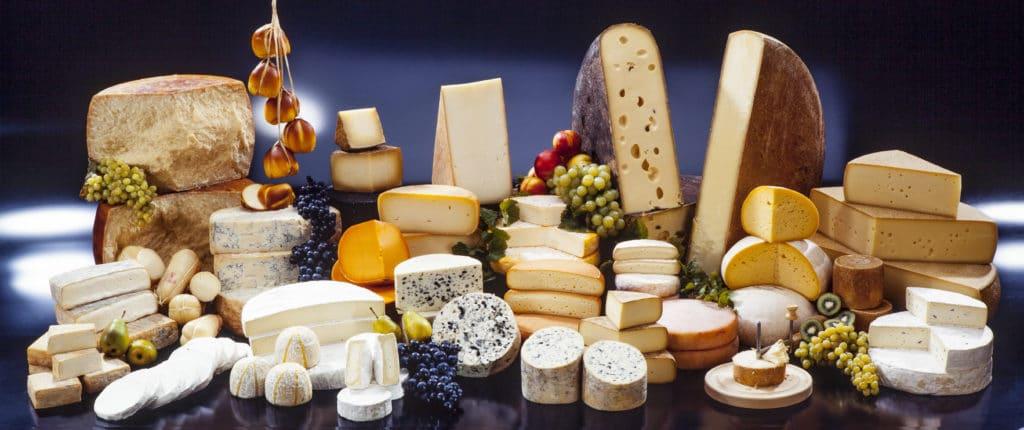 Käsetheke mit verschiedenen Käsesorten