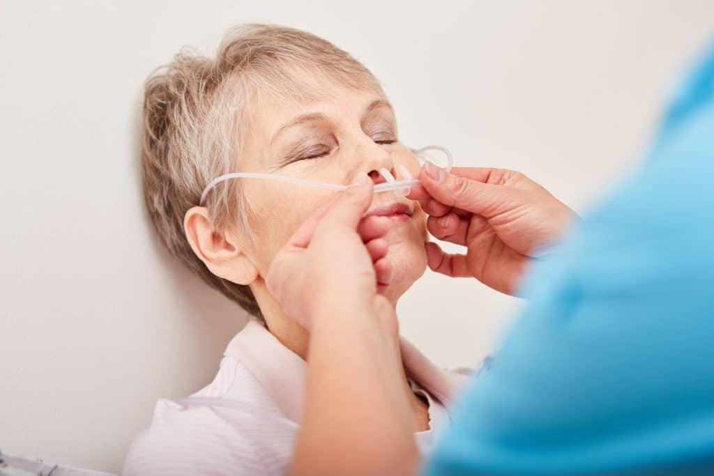 Frau wird auf eine Sauerstofftherapie vorbereitet.