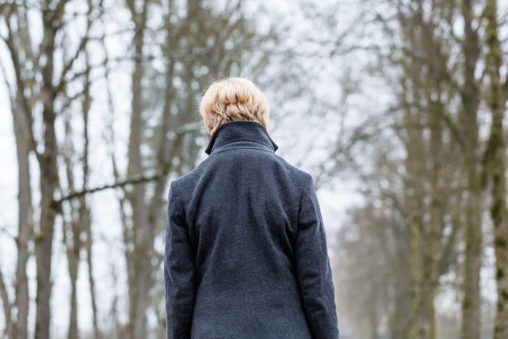 Traurige Frau im Winter