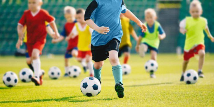 Mehrere Kinder beim Fußballtraining