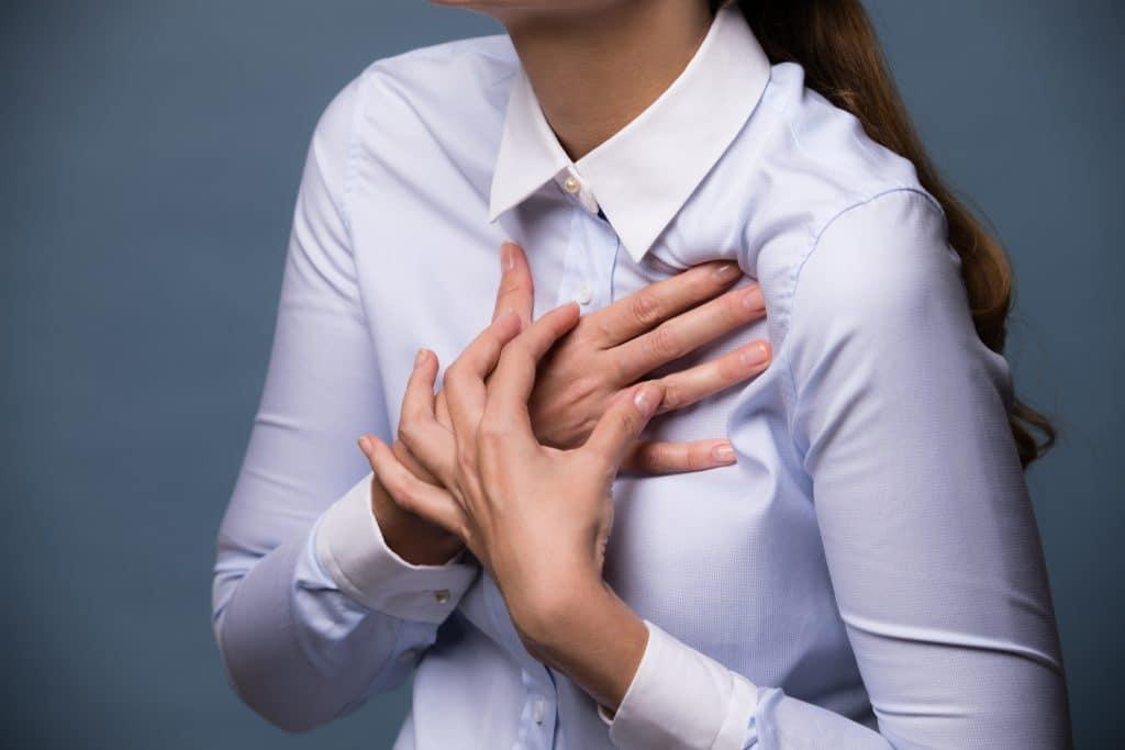 Junge Frau mit Schmerzen in der Brust