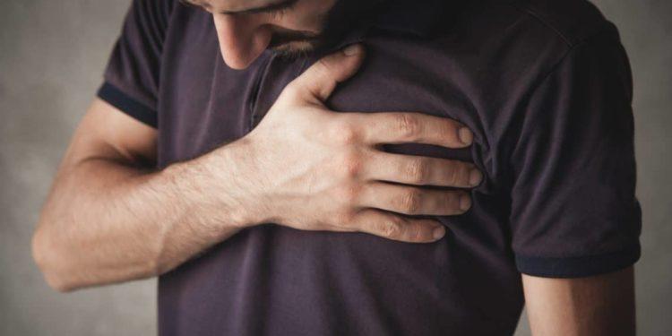 Junger Mann traurig mit Brustschmerz