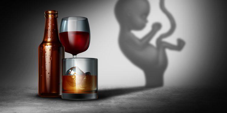 Die Abbildung zeigt einige alkoholische Getränke und im Hintergrund den Schatten eines ungeborenen Kindes.