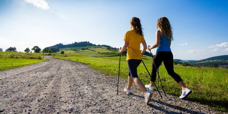 Zwei Frauen beim Nordic Walking