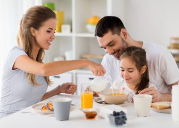 Familie nimmt Frühstück zu sich.