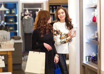 Zwei Frauen bein Shopping.
