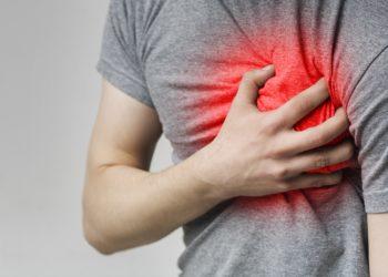 Mann mit Herzschmerzen hält die Hand auf der Brust