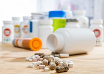 Verschiedene Tabletten auf einem Holztisch