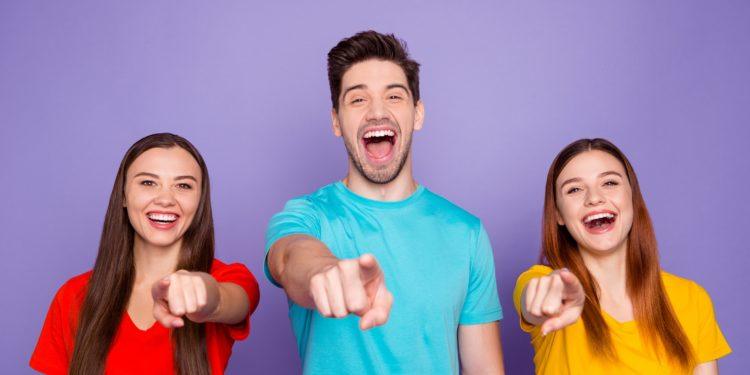 Eine Gruppe von Leuten zeigt mit dem Finger auf die Betrachterin, beziehungsweise den Betrachter des Bildes.