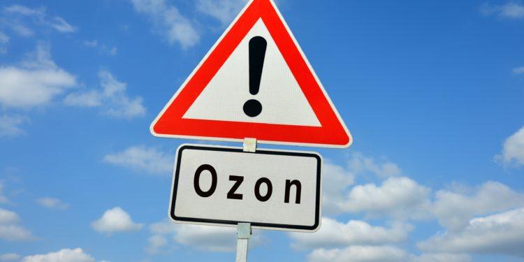 Verkehrsschild mit dem Schriftzug Ozon vor einem leicht bewölkten Himmel