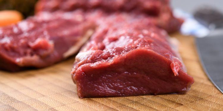 Rohes Rehfleisch auf einem Holzbrett