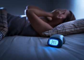 Schlafprobleme und zu wenig Schlaf allgemein erhöhen bei Frauen nach der Menopause das Risiko für Frakturen, Osteoporose und eine geringere Knochenmasse. (Bild:  terovesalainen/Stock.Adope.com)