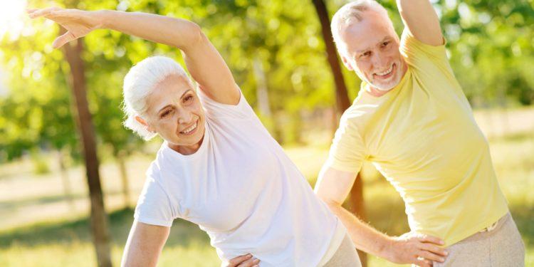 Glückliches, älteres Paar beim Training im Park