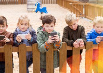Immer mehr Kinder und Jugendliche werden süchtig nach ihrem Smartphone. (Bild:  JackF/Stock.Adope.com)