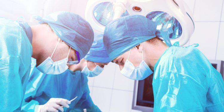 Ärzte führen eine Operation am Oberkörper durch.
