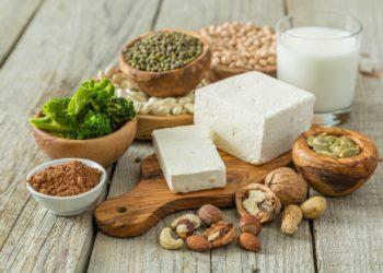 Verschiedene vergetarische Lebensmittel mit hohem Proteingehalt.