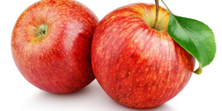 Zwei rote Äpfel vor weißem Hintergrund.