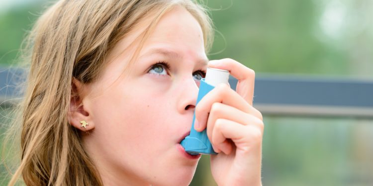 Kind mit Asthma-Inhalator.