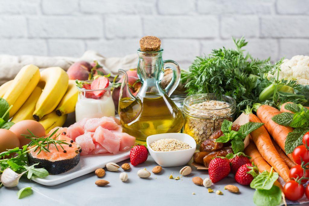 Verschiedene Lebensmittel aus der mediterranen Küche auf einem Tisch