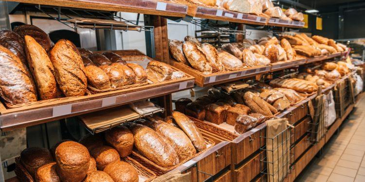 Verschiedene Brote in einer Selbstbedienungstheke