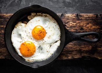 Zwei gebratene Eier in einer schwarzen Pfanne