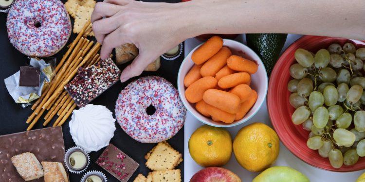 Eine Auswahl von gesunden und ungesunden Nahrungsmitteln.