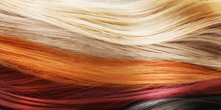 Mehrere gefärbte Haarsträhnen in unterschiedlichen Farben.