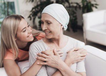 Eine junge Frau umarmt eine ältere Frau.
