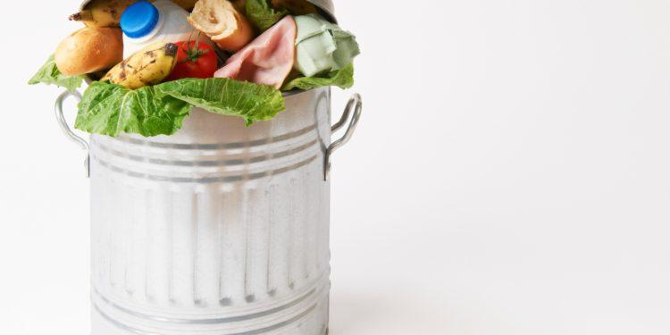 Ein Mülleimer ist randvoll gefüllt mit Lebensmitteln.