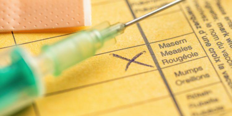 Impfausweis mit Spritze und Pflaster