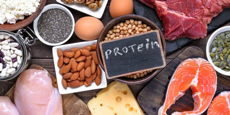 Eiweißreiche Lebensmittel auf einem Tisch mit einer Tafel mit der Aufschrift Protein