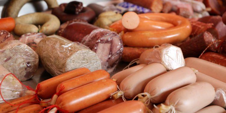 Fleischtheke mit verschiedenen Wurstwaren