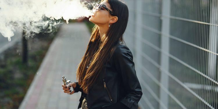 Eine Frau raucht eine E-Zigarette.