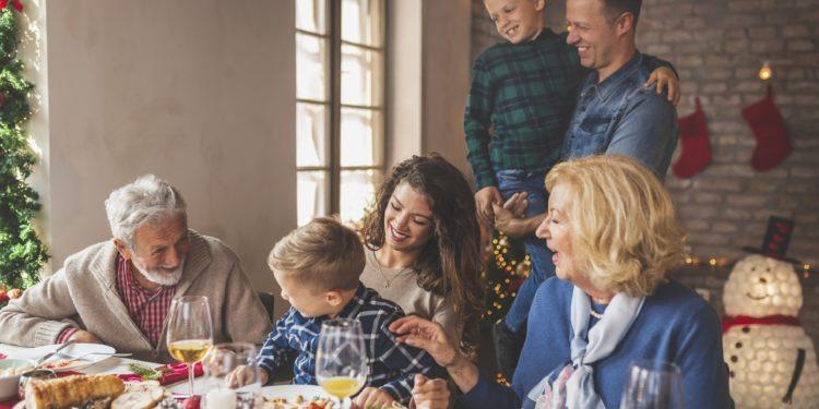 Drei Generationen einer Familie beim Weihnachtsessen