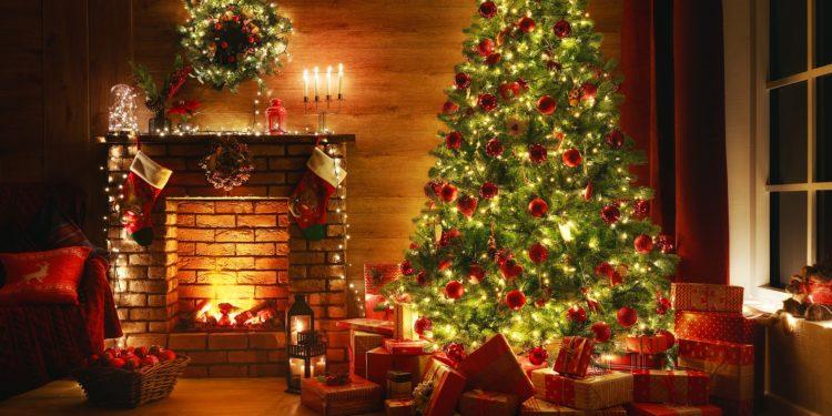 Ein geschmückter Weihnachtsbaum, unter dem Geschenke liegen.