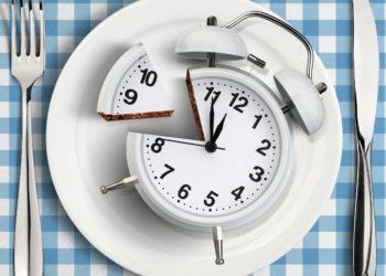 Bei einem Kuchen, der wie eine Uhr aussieht, ist ein großes Stück herausgeschnitten.