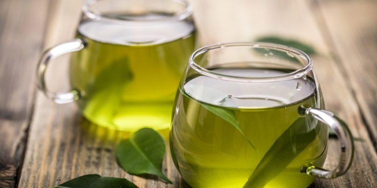 Zwei Glastassen mit grünem Tee.