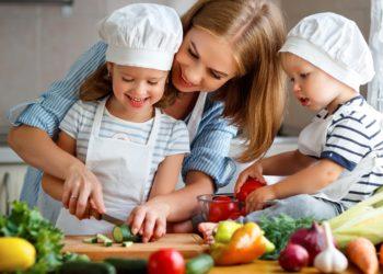 Können Kochsendungen bewirken, dass Kinder eine gesündere Ernährung bevorzugen? (Bild: JenkoAtaman/Stock.Adope.com)