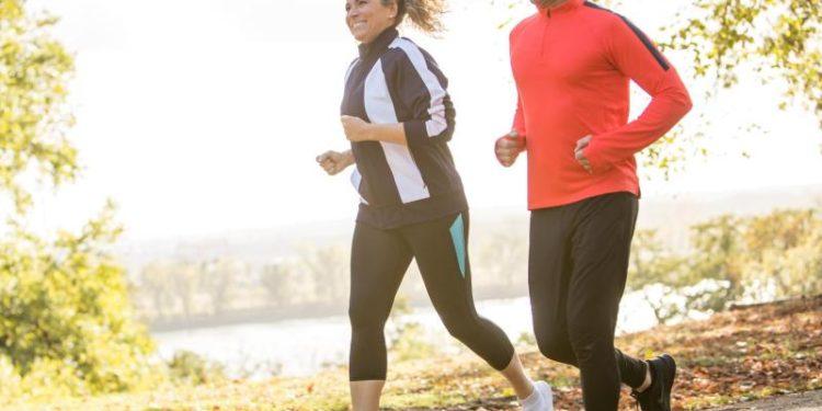 Ein Mann und eine Frau beim Joggen.