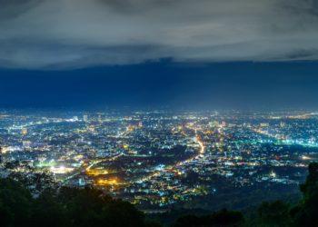 Eine hell erleuchtete Stadt in der Nacht