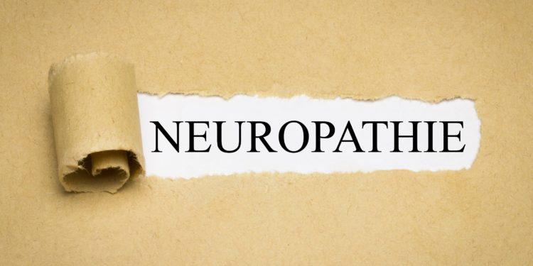 Aufgerissenes braunes Papier, das den Schriftzug Neuropathie auf weißem Hintergrund freigibt