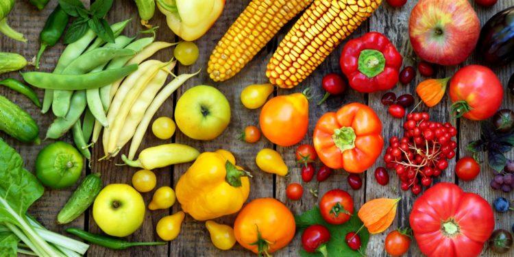 Verschiedenes Gemüse und Obst auf einem Holztisch